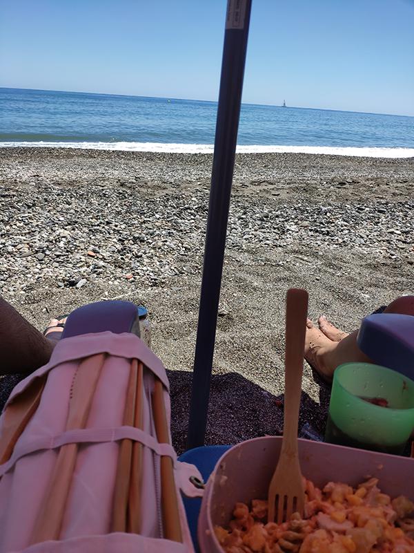 usando mis cubiertos de madera en la playa.