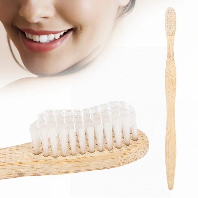cepillo de dientes de bambú y cara sonriente